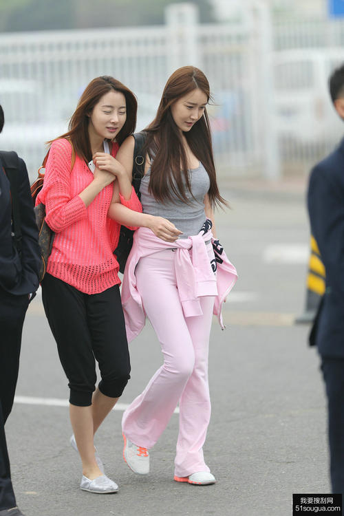 街拍:长发美女紧身裤迷人!