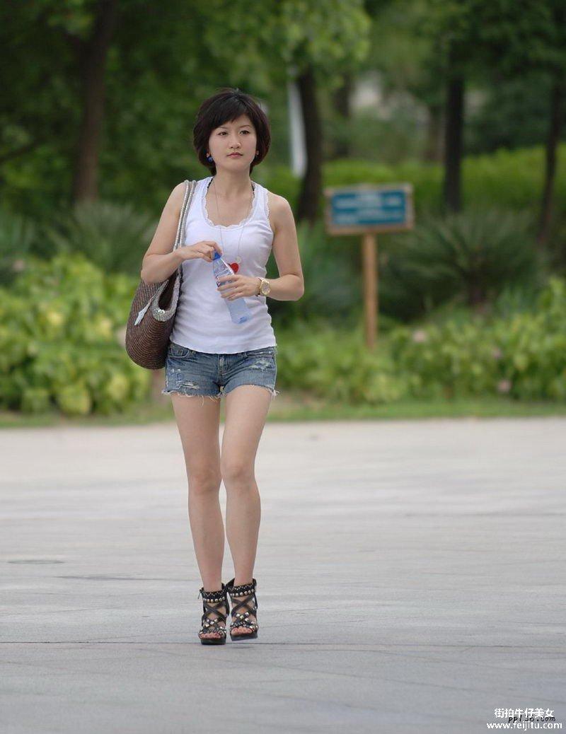 街拍丰热裤美女论坛图片