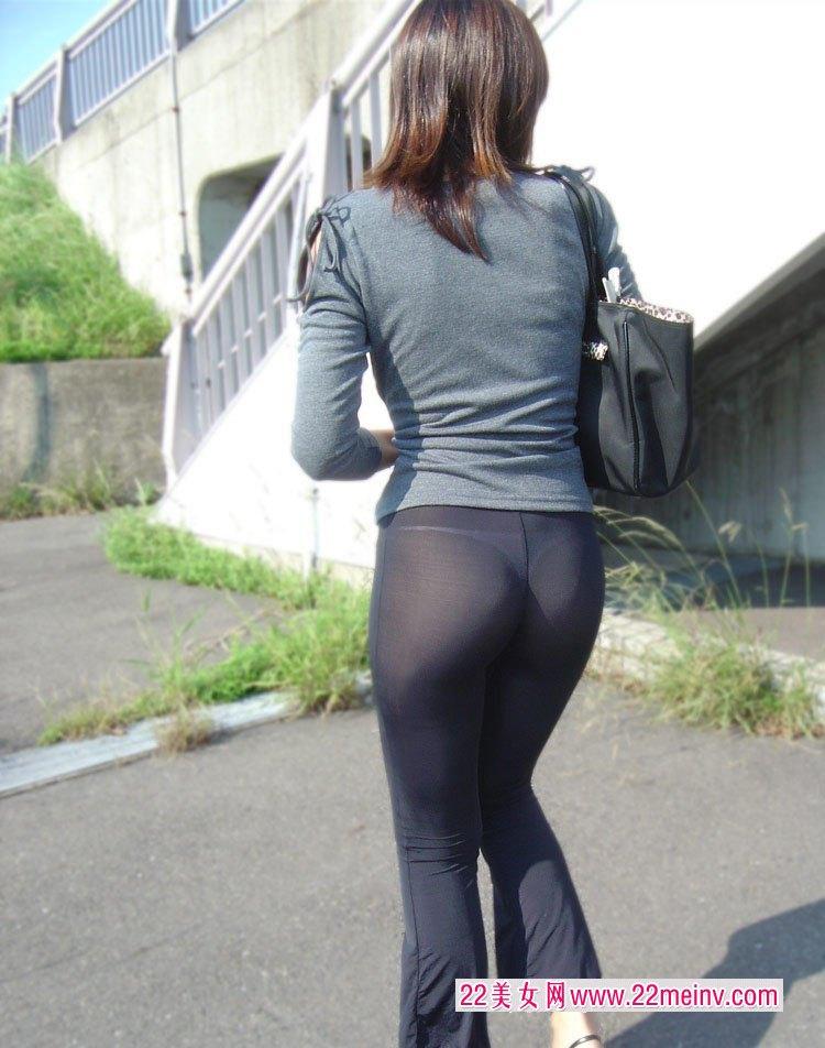 实拍透明紧身裤美女