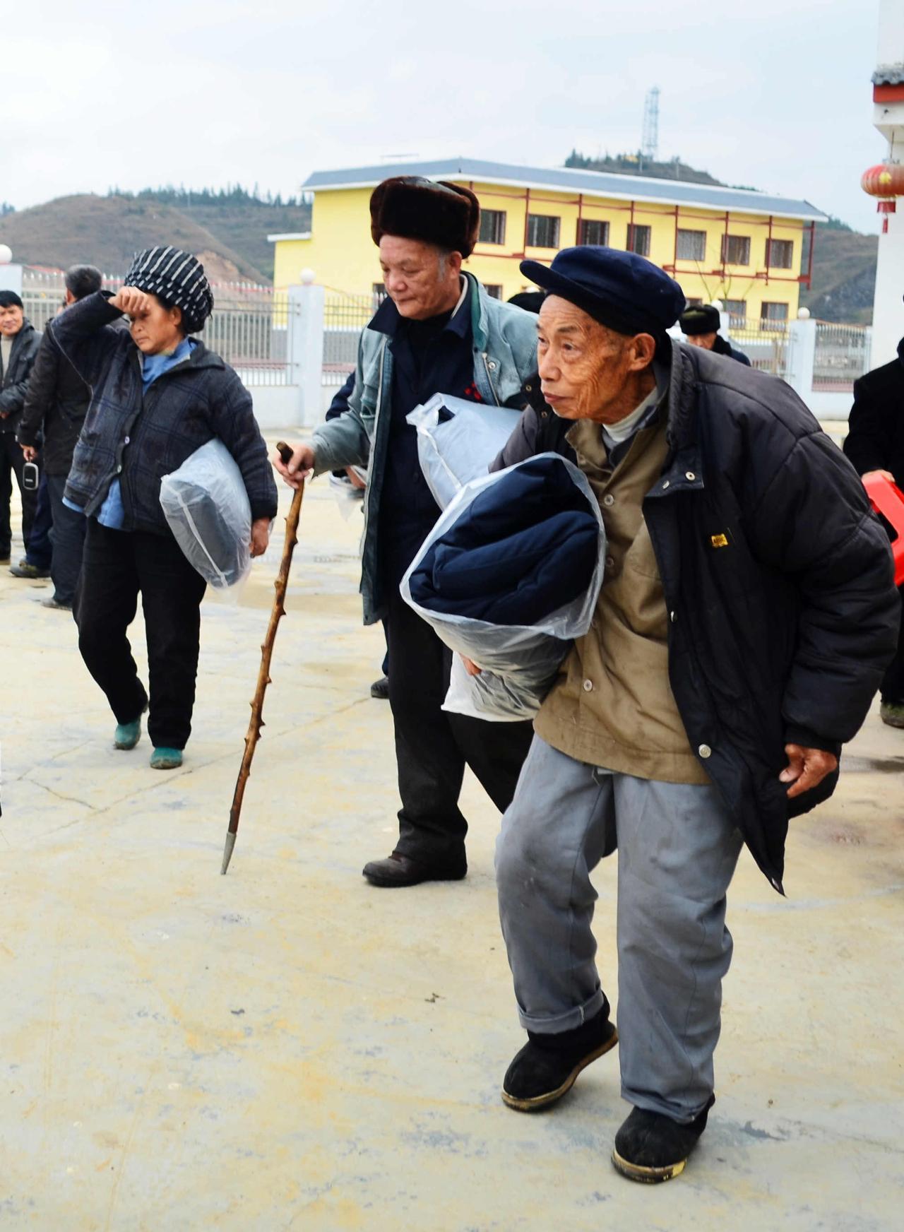 龙忠为敬老院老人献爱心