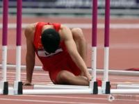 刘翔意外摔倒告别奥运 单腿跳?#34903;?#28857;亲?#25250;?#26550;