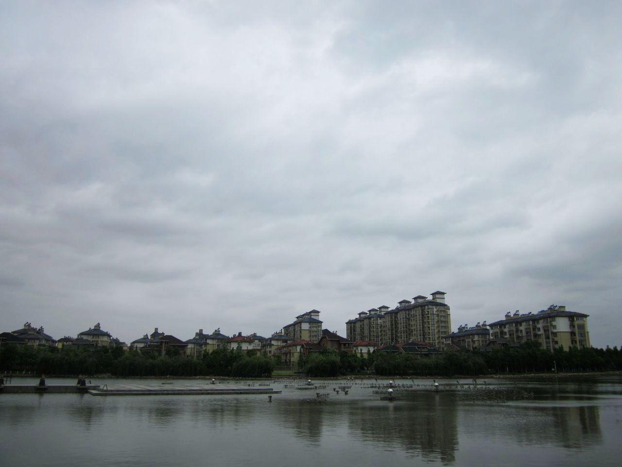 [原创]窗外乌云密布,天气预报却说没雨._如东城事