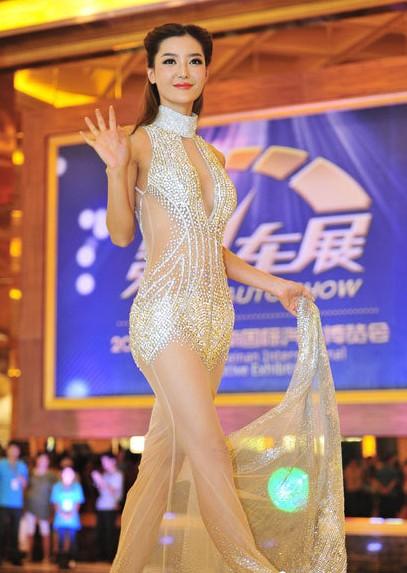 香车美女!李颖芝过亿钻石短裙搭配炫酷名车惊艳呀