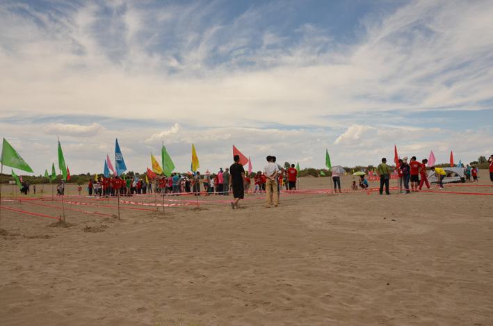 活动简介:2012年7月,对于酒泉户外运动玩家们和爱好者来说,是一个兴奋的时期,各种大型、小型及各种官方组织、民间俱乐部户外活动此起彼伏。森林体育户外俱乐部也由此有了给酒泉玩家们提供一个大型聚会的想法。鉴于此,张掖沙漠露营大会之后,公司俱乐部成员投入了紧张的策划之中,多次至酒泉周边探路,寻找合适的地点。最终有了以沙漠露营为主题的狂欢节活动。此次活动,得到了金塔县林业局、甘肃天一会计师事务所、酒泉海城视听数码体验中心、酒泉市森林体育用品有限责任公司的大力支持。 召集报名阶段,响应者达到300多人,组委会根据
