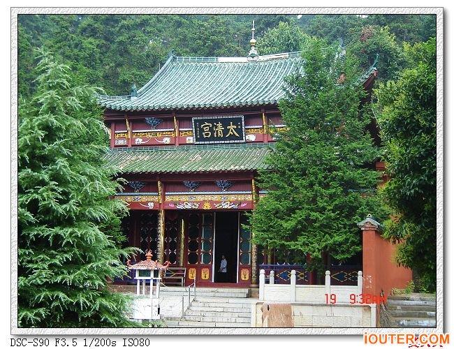 青山风景区是一九九三年度通过专家评审,报请江西省人民政府批准成立的省级风景名胜区。其中森林公园于一九九九年被省林业厅授于文明森林公园称号。 青山风景区地处赣北北部,位于瑞昌市中部,地理座标为:东径1156.31~11543.45北纬2923.6~2951.11之间,风景区面积约为123平方公里,境内是幕阜山余脉,最高峰宇峰尖,海拔高程为921.