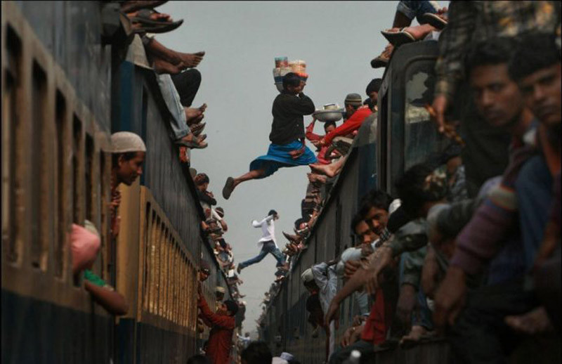 [贴图]全球春运,看看最拥挤火车啥样。