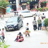 一对貌似情侣的男女刚刚在开阳福乐多附近大打出手众人围观