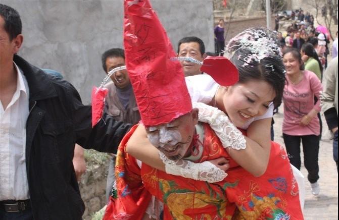 公公背儿媳 陕北农村热闹特色婚礼