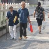 三江公园门口,一对恩爱的老人!