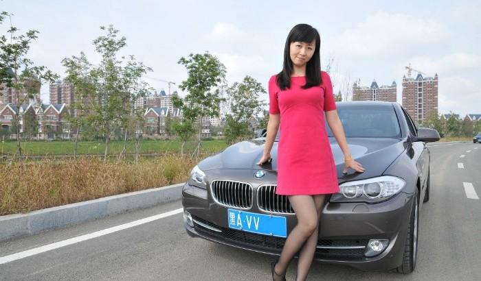 [转贴]小女当车模 BWM 535i