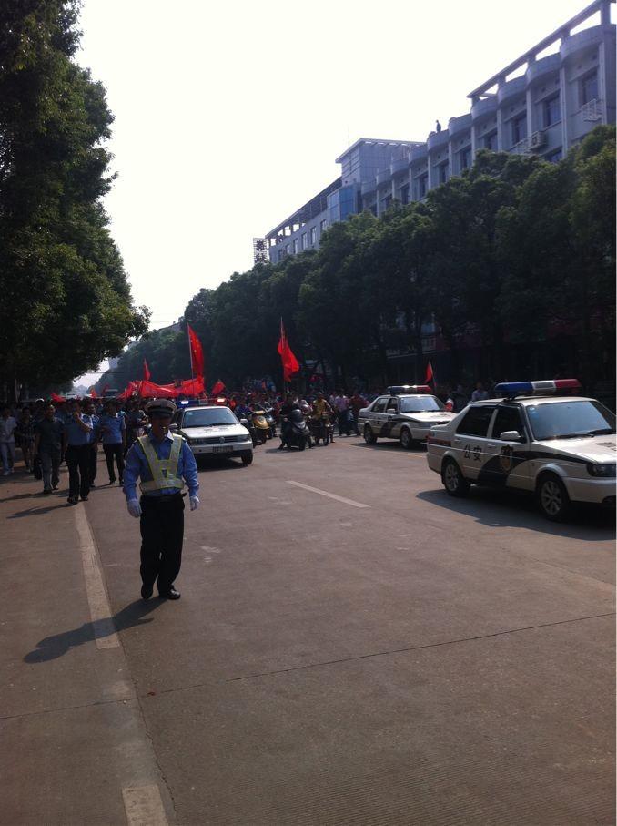 岳阳县城关镇全城到处挂满了抗日保钓的宣传横幅