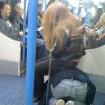 现在 地铁上又有很多激情男女!