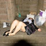 [原��]��吃�回�恚��l�F一�S�M妹子躺在公��旁不省人事  凌�y了