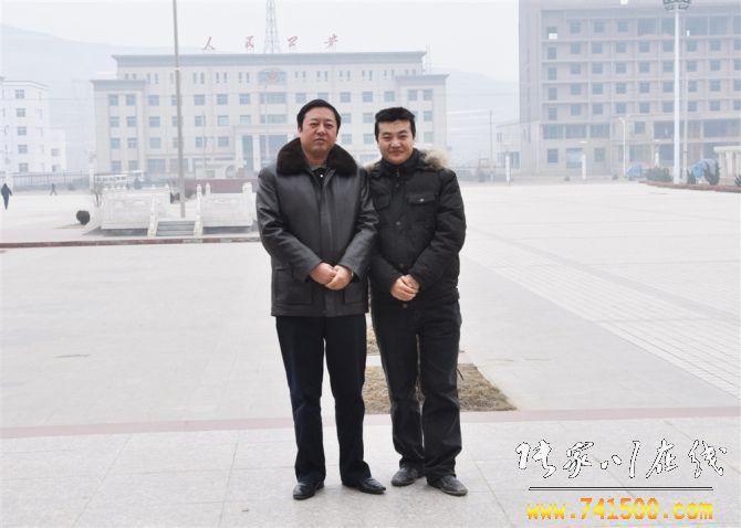 原张家川县长马小龙和张家川在线网负责人合影