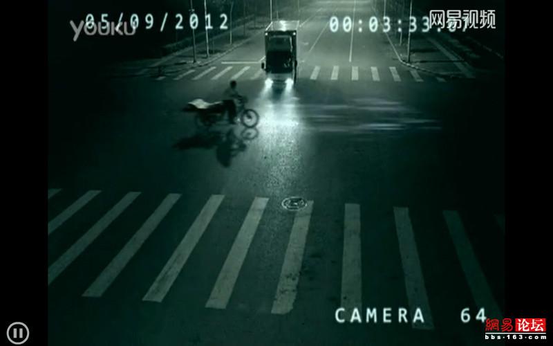 监拍:深夜路口超灵异事件