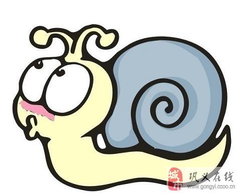 家长你蜗牛一样驮着书包,左手拿一水杯,右手拿着面包.