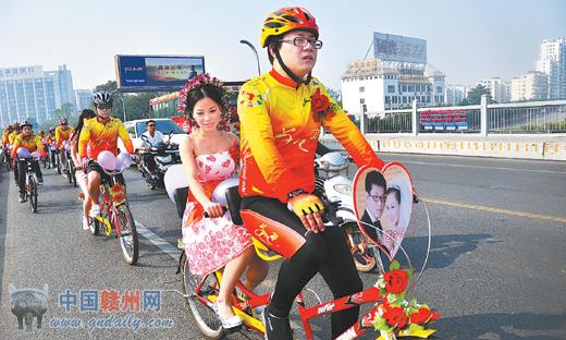 """赣州街头""""单车婚礼""""浪漫无比结婚就是要这样"""