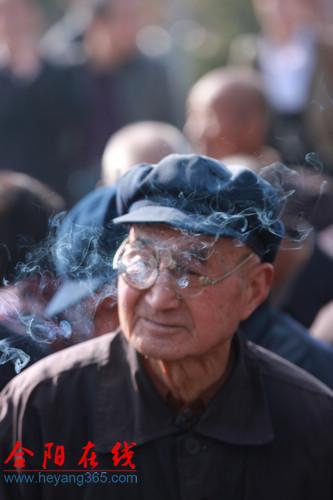 合阳福山重阳祈福活动中的高龄老人