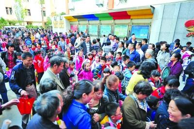 中国式接送孩子:上下学路上,小孩总有家长领着