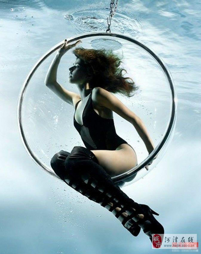 英国女摄影师作品 水下展现女性美 影音爱好