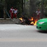 [原创]铜仁出现了最牛车主在卫校附近与交警发生口角,拔油管烧车!
