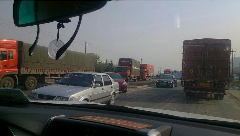 兰州西高速公路发生车祸堵车严重赶飞机的朋友绕行