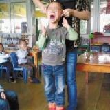 5�q男童被扯著耳朵提在空中痛哭 虐童老��竟笑�Q有趣