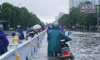 """台风""""山神""""袭广西沿海城市交通瘫痪"""