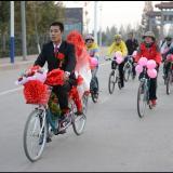 莒县惊现自行车迎亲车队,?#25442;?#20445; 够洋气 有图有真相。
