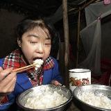 15岁少女一天吃8顿饭10斤米