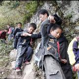 中国孩子艰难求学路