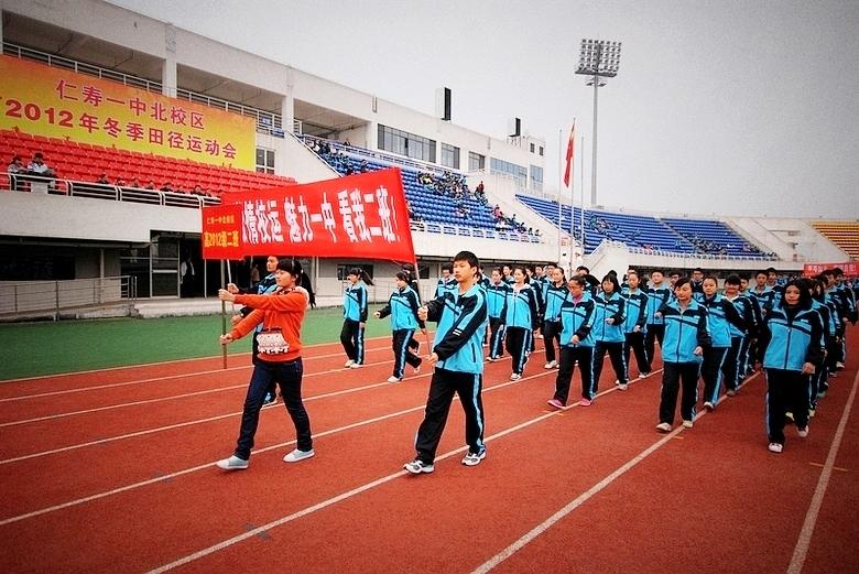 运动会走方队口号_图为运动会开幕式上的我系方队