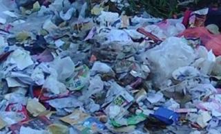 栏杆中学食堂门口垃圾成堆焚烧严重影响学生健康