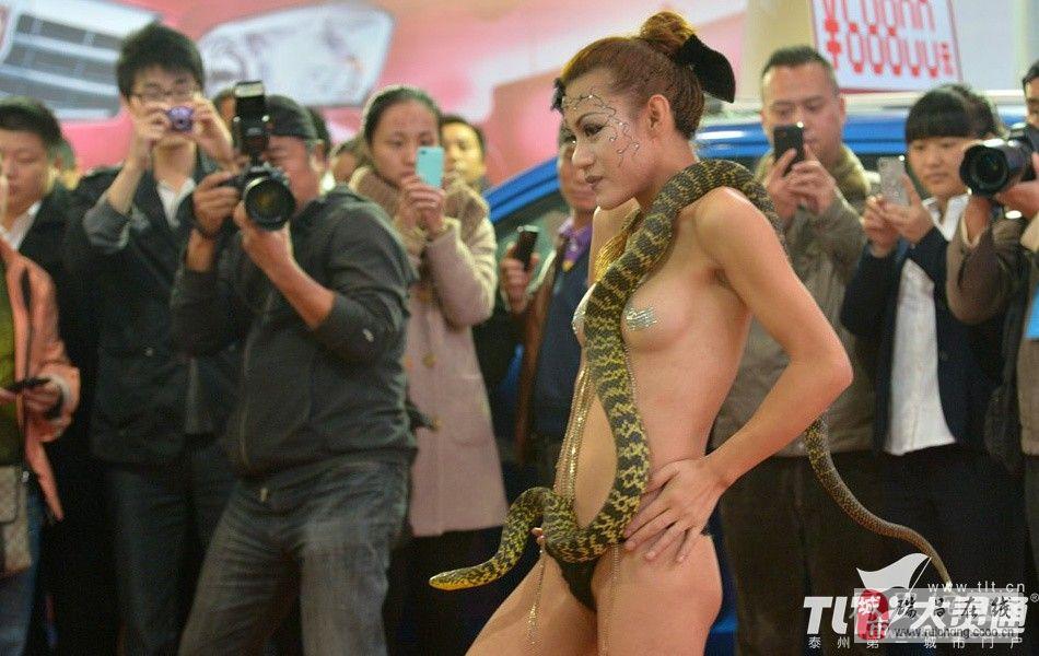 2012贵阳汽车文化节裸模表演吞蛇