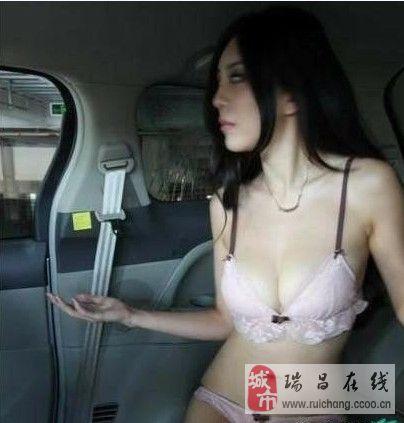 美女模特车内换衣遭偷拍【组图】