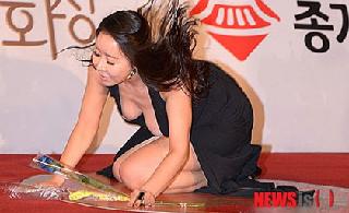 [转贴]韩女星许娜京红毯意外摔倒