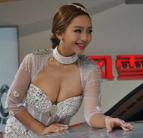 [贴图]高三嫩模曹阳获封车展女神 胸部不慎走光