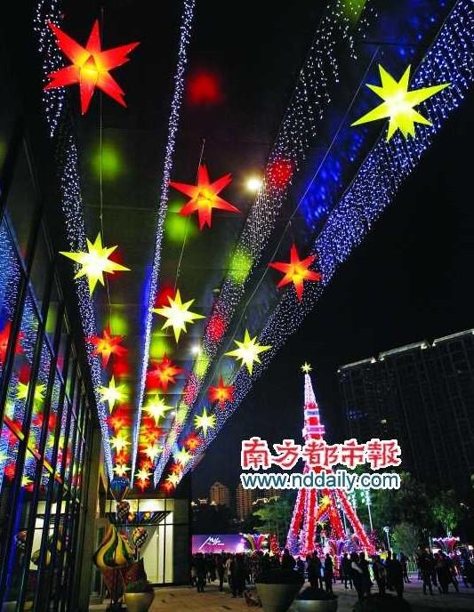 高达22米的法国埃菲尔铁塔造型圣诞树吸引了千余市民