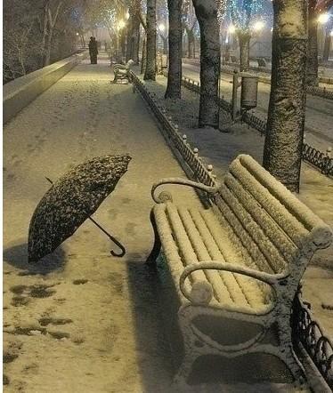 厚厚的雪地上,两对脚印深一脚浅一脚的尽头一对情侣画出了心的形状