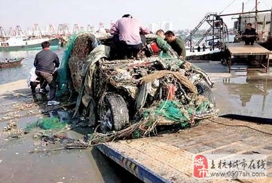 捞鱼?弱爆了!广西北海渔民捕鱼捞出一辆保时捷卡宴(组图)