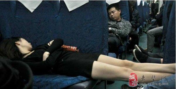 [贴图](过年咯回家咯)奇葩朵朵开 火车上那些风情万种的销魂睡姿