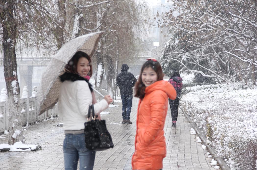 一组美女雪景哦!