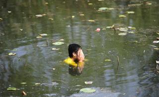 澳门葡京平台中山公园一男子跳湖