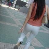 街拍白裤紧身mm