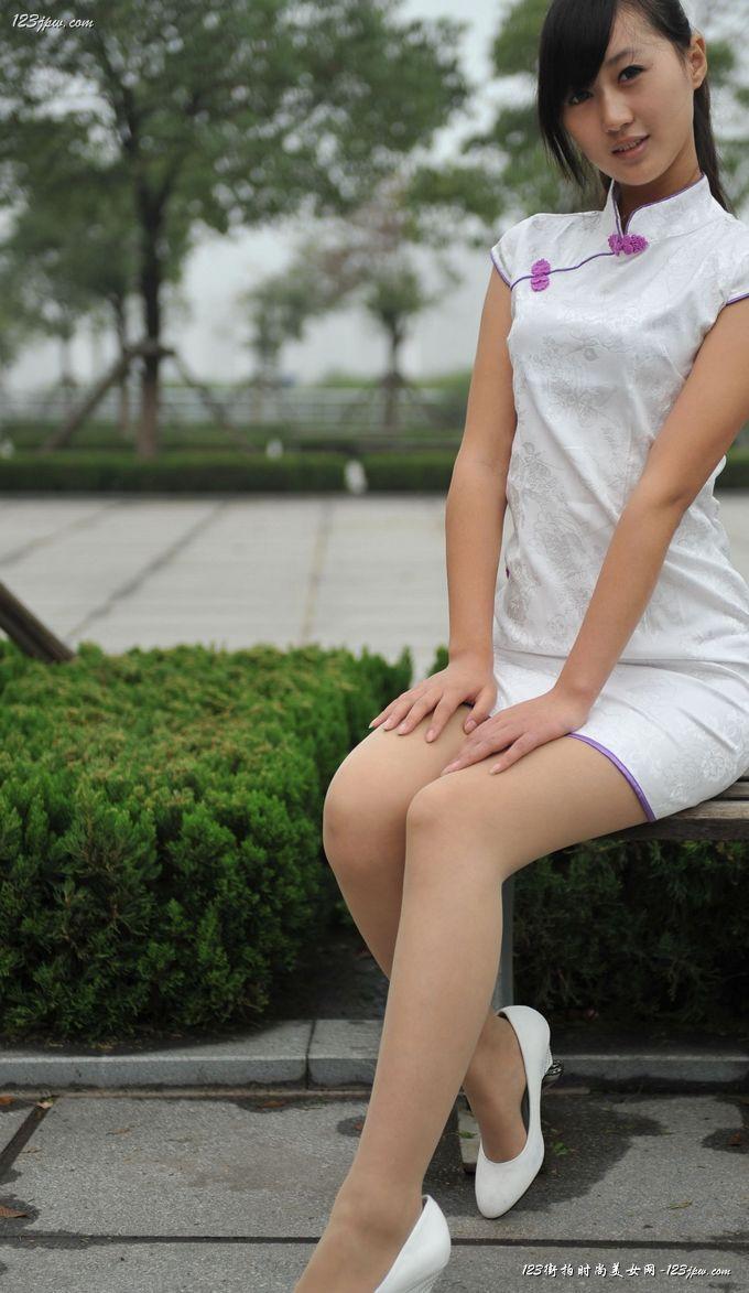 白色旗袍美女时尚外拍.