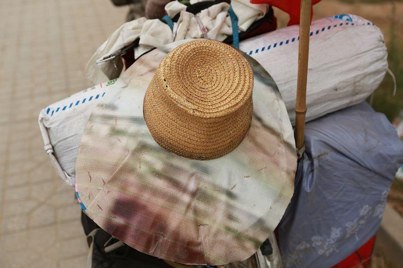 放东西的框子是自己用铁丝加工的,帽子上蒙了一层布就是凉帽了.