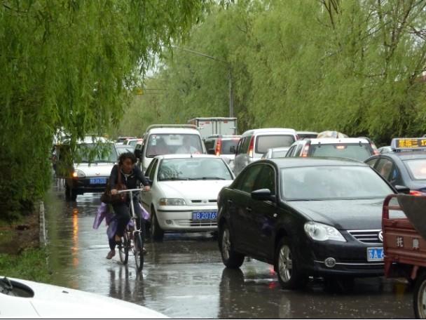 大雨过后的铁路交通车务段至雄关小区