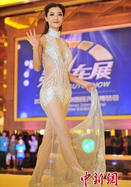 [推荐]车模李颖芝身着过亿钻石短裙现身海南车展