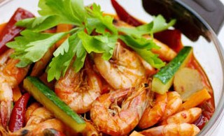 连锅端上桌的酸辣泡椒虾