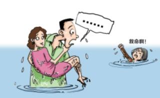 妈和媳妇掉水里,救起媳妇,爹怒了!